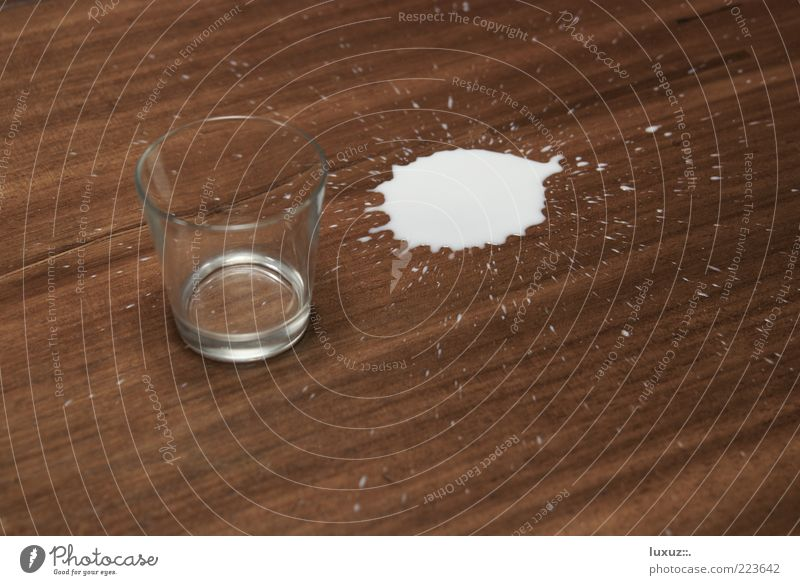 Halb voll oder halb leer? Holz Glas Getränk Tropfen Seite Fleck Milch spritzen verlieren Fehler klecksen Ernährung durstig verschütten