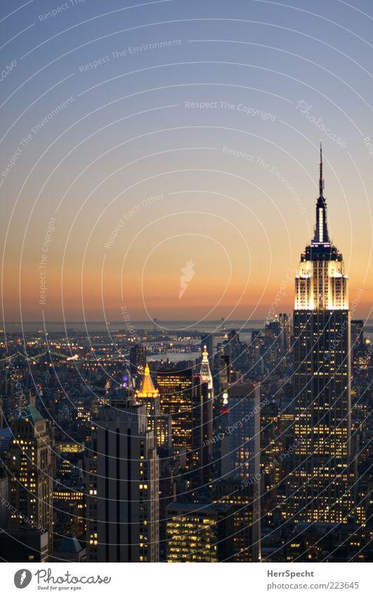 Big lights will inspire you Stadt Ferne Gebäude Beleuchtung Hochhaus USA Skyline Wahrzeichen Abenddämmerung New York City Sehenswürdigkeit Manhattan Empire State Building Lichtermeer Grossstadtromantik