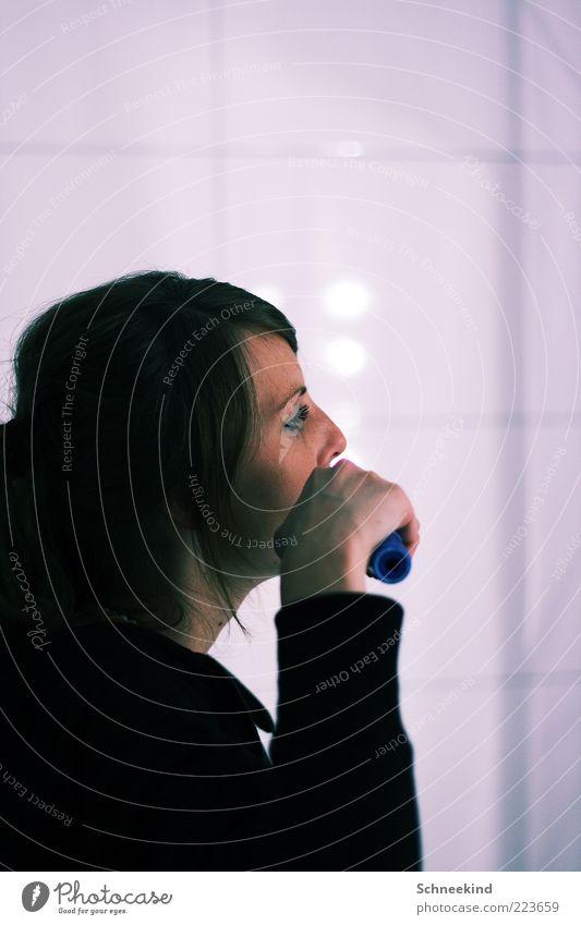 Zahnpflege feminin Junge Frau Jugendliche Erwachsene Leben Kopf 1 Mensch 18-30 Jahre beobachten Spiegelbild Fliesen u. Kacheln Bad frisch Morgen weiß schön
