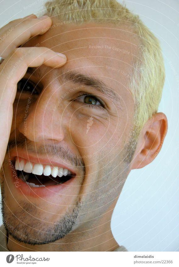 ich blond Finger Hand Porträt nordisch Mann Mensch Kopf Auge Nase Mund lachen Gesicht Zähne