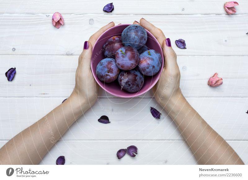Weibliche Hände, die eine Schüssel Pflaumen halten Lebensmittel Frucht Ernährung Essen Frühstück Mittagessen Abendessen Bioprodukte Diät Schalen & Schüsseln