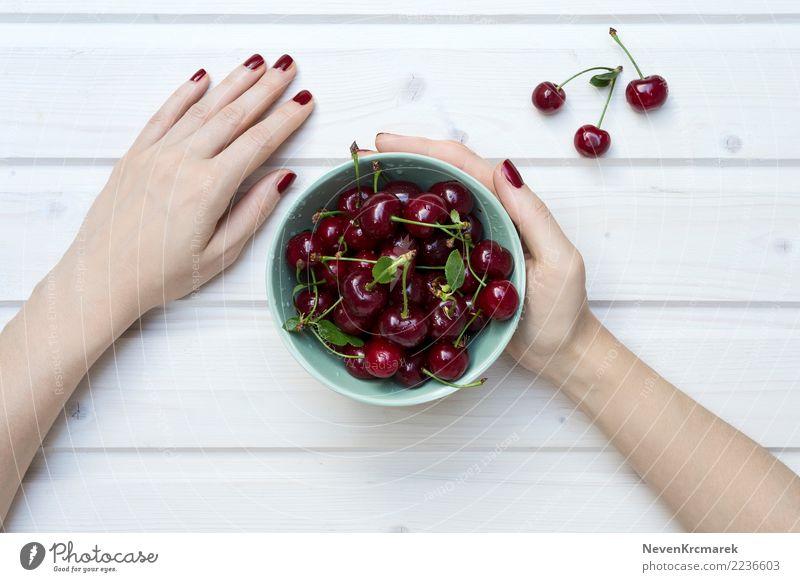 Weibliche Hände, die eine Schüssel Kirschen halten Lebensmittel Ernährung Essen Frühstück Mittagessen Abendessen Schalen & Schüsseln Topf Becher Natur Diät