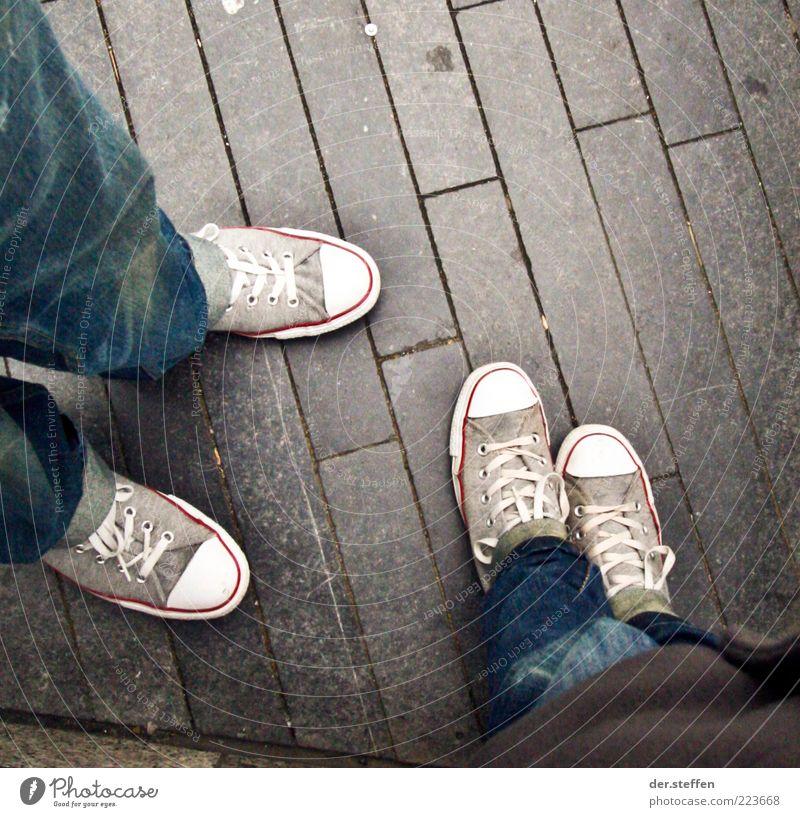 Schuhe Ferien & Urlaub & Reisen Tourismus Mensch Partner Beine Fuß 2 18-30 Jahre Jugendliche Erwachsene London Jeanshose Chucks sprechen stehen Coolness dünn