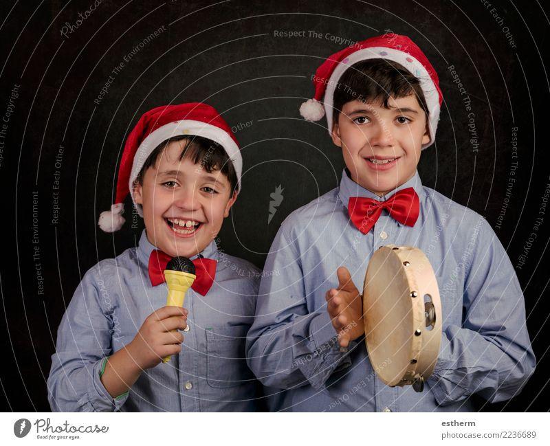 Kinder singen Weihnachtslieder zu Weihnachten Mensch Weihnachten & Advent Freude Lifestyle Familie & Verwandtschaft lachen Feste & Feiern Party maskulin
