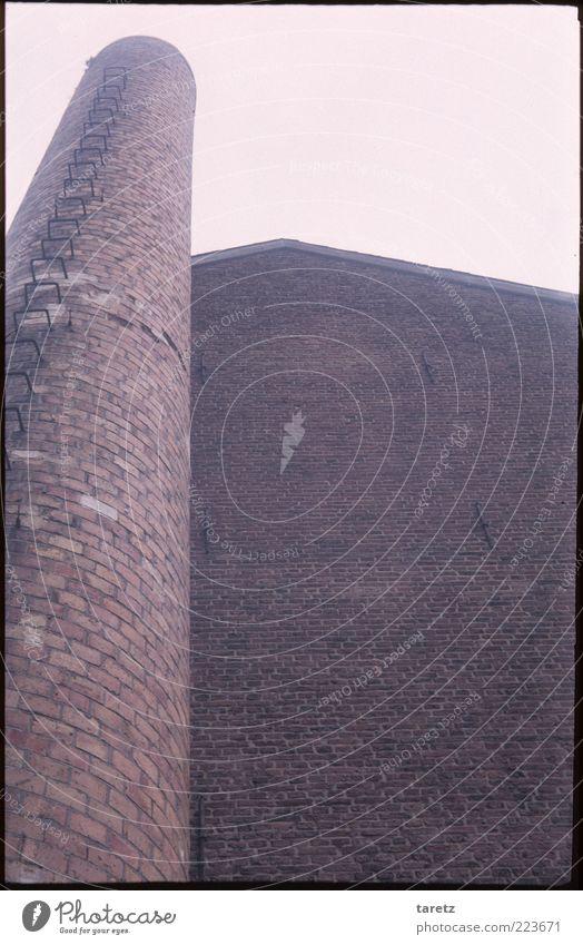 18. Jahrhundert alt Wand Mauer rosa hoch rund einfach Backstein Vergangenheit historisch Schornstein Geometrie eckig industriell dominant Aachen