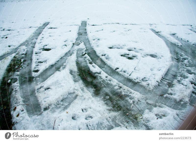 Winter weiß Wiese Gras Eis Wetter nass Verkehr Klima Spuren Parkplatz schlechtes Wetter Klimawandel Textfreiraum Reifenspuren Wende