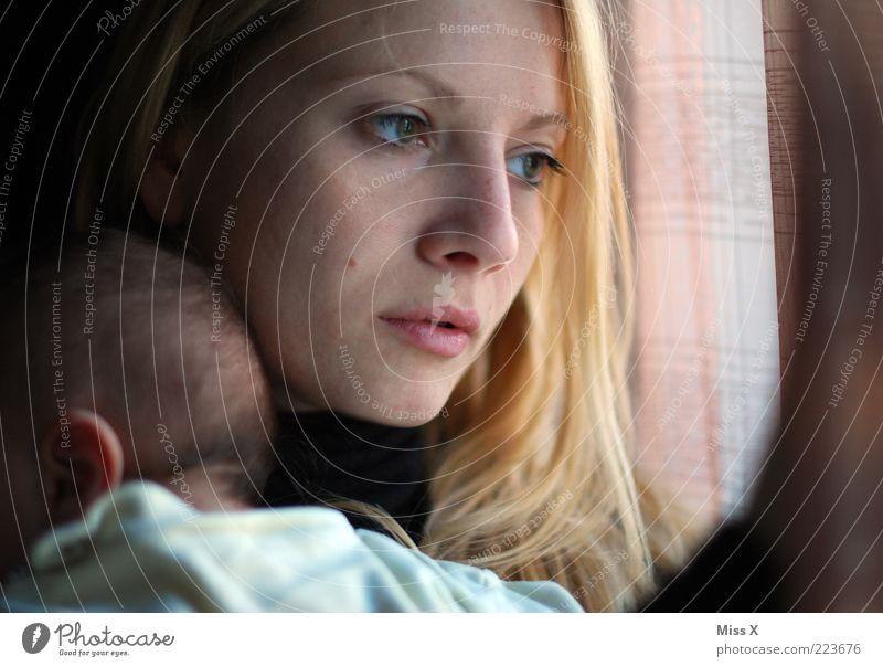 Blick ... Mensch Jugendliche Gesicht Leben Fenster Gefühle Erwachsene Traurigkeit Familie & Verwandtschaft Baby blond Mutter Liebe Warmherzigkeit festhalten Schutz