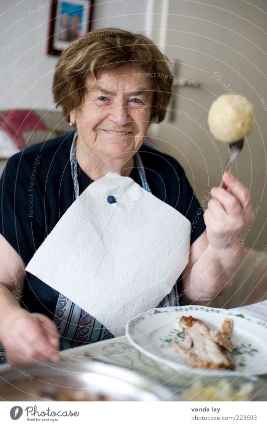 Omas Knödel sind die Besten! Frau Mensch Senior Leben Ernährung lachen Erwachsene Lebensmittel Feste & Feiern Essen Wohnung Großmutter lecker Wohnzimmer Lächeln Teller
