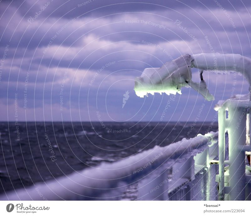 arschkalt Ausflug Ferne Kreuzfahrt Wasser Himmel Wolken Winter schlechtes Wetter Wind Sturm Eis Frost Meer Ostsee Schifffahrt Passagierschiff Fähre An Bord