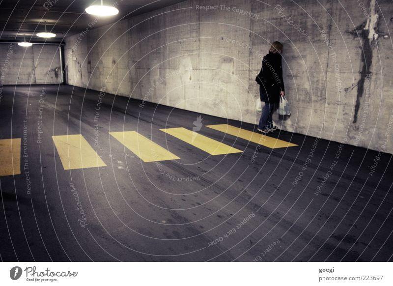 Sackgasse Mensch Frau Erwachsene 1 Parkhaus Mauer Wand Fußgänger Jeanshose Mantel Turnschuh blond langhaarig Deckenbeleuchtung Deckenlampe Tüte Einkaufstasche