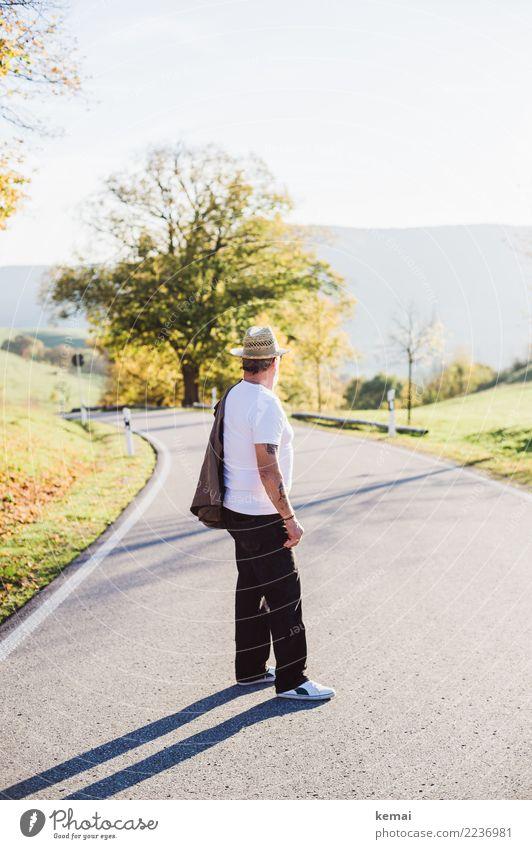 Quo vadis Mensch Mann Sommer Sonne Landschaft Erholung ruhig Erwachsene Straße Leben Lifestyle Herbst Senior Stil Freiheit Ausflug