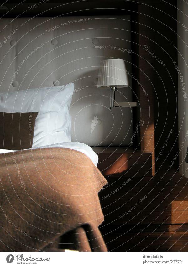 bett im hotel Kissen Bett schlafen Lampe Hotel Decke Kopfkissen