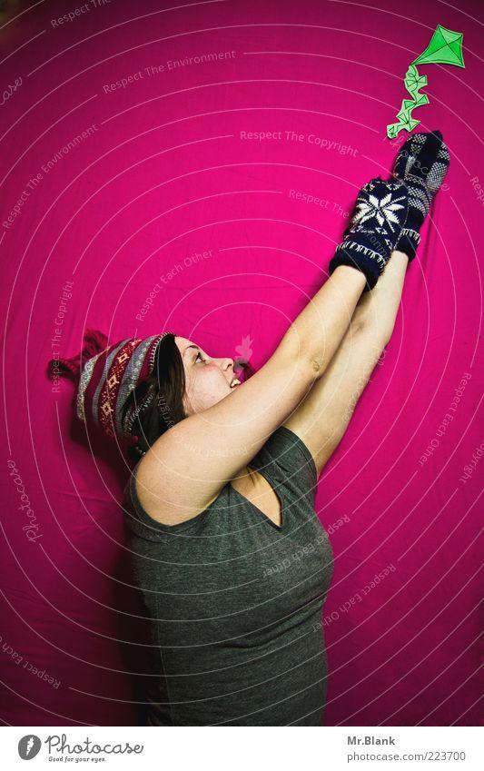 Drachenflugunfug Mensch Jugendliche grün Freude Erwachsene Leben Glück springen Zufriedenheit Freizeit & Hobby rosa Arme frei Fröhlichkeit Papier niedlich