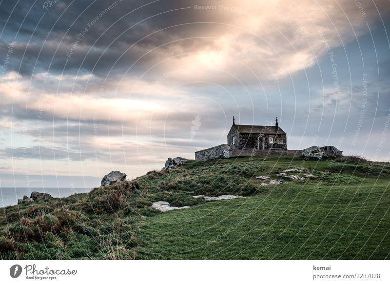 Morgenansicht: St. Nicholas Kirche in St. Ives Himmel Natur alt schön Landschaft Erholung Haus Wolken ruhig Umwelt Küste Gras Gebäude Tourismus Freiheit Ausflug