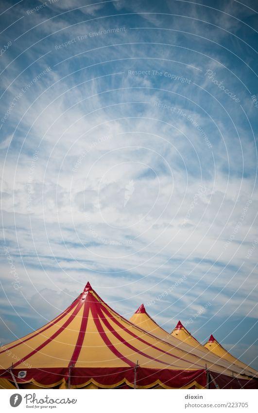 Zirkusluft (FR 6/10) Veranstaltung Himmel Wolken Schönes Wetter Spitze blau gelb rot weiß Freizeit & Hobby Zelt Zirkuszelt Farbfoto Außenaufnahme Menschenleer