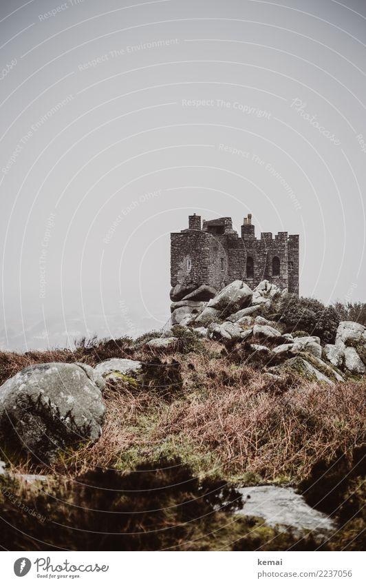 Burg ruhig Ausflug Abenteuer Umwelt Natur Landschaft Himmel schlechtes Wetter Nebel Sträucher Hügel Felsen England Burg oder Schloss Bauwerk Gebäude Mauer Wand