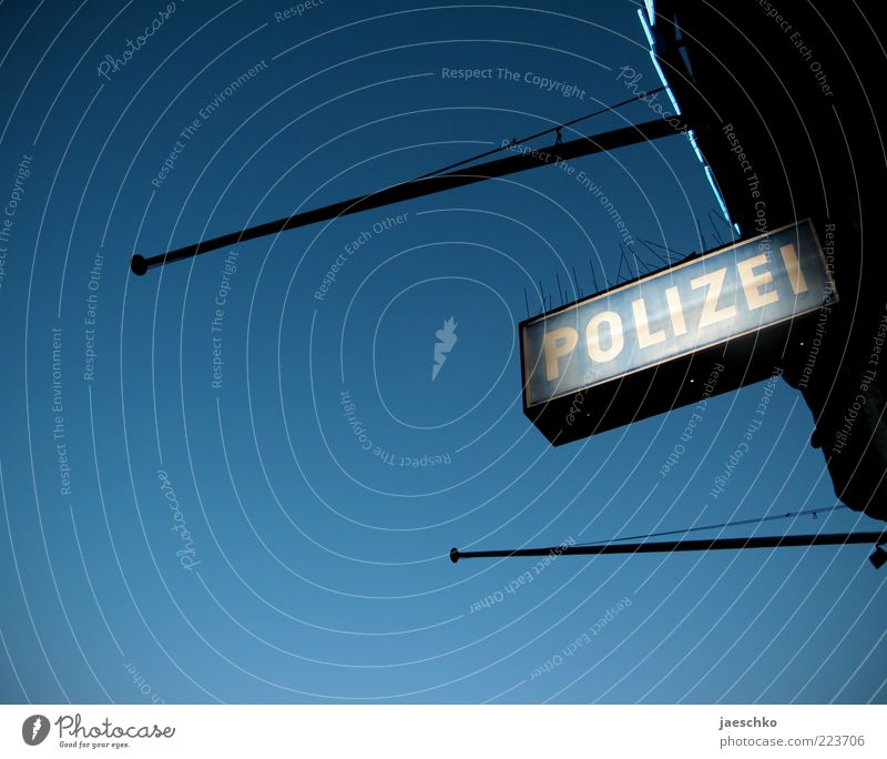 Wo der Schutzmann ums Eck kommt blau Schilder & Markierungen Schriftzeichen Sicherheit Schutz Zeichen Gewalt Wachsamkeit Polizei Blauer Himmel Stab Kriminalität Verantwortung gehorsam Leuchtreklame Wolkenloser Himmel