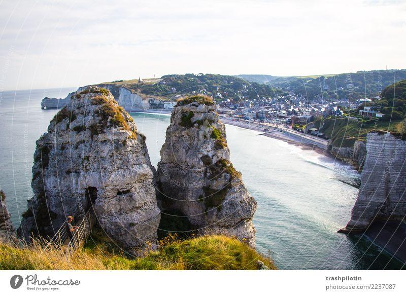 Etretat Natur Landschaft Wasser Himmel Wolkenloser Himmel Sommer Schönes Wetter Wellen Küste Bucht Nordsee Étretat Frankreich Europa Kleinstadt