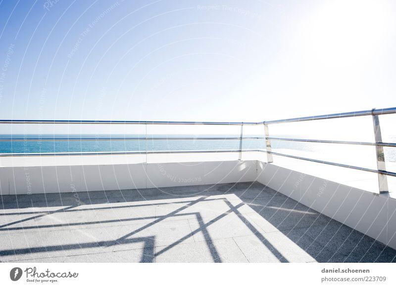 viel Licht, Sommeredition weiß blau Sonne Sommer Meer hell Klima Aussicht Spanien Geländer Terrasse Schönes Wetter Blauer Himmel Wolkenloser Himmel Costa de la Luz