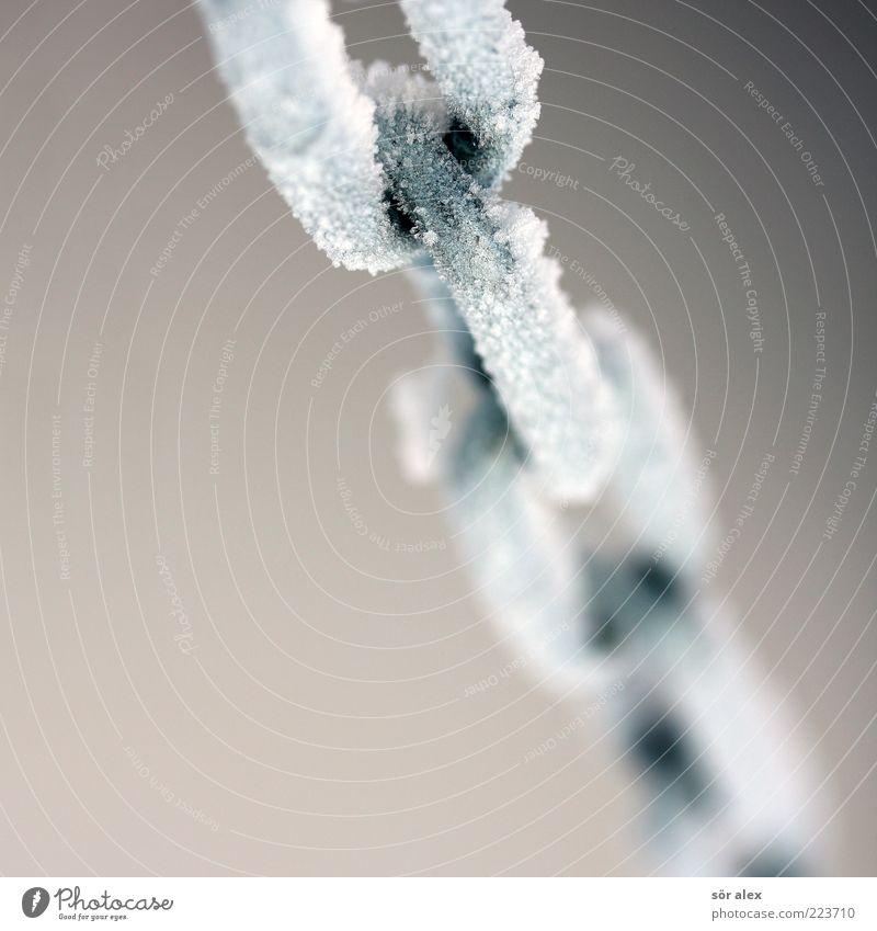 kaltes Eisen Winter Metall Kraft Sicherheit Netzwerk Metallwaren fest gefroren Stahl stark frieren Kette hängen
