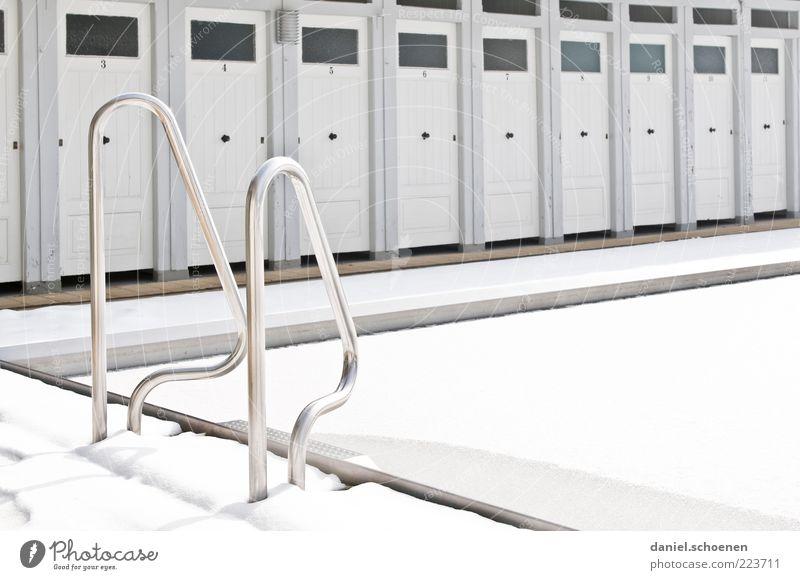 viel Licht, Winteredition weiß Schnee grau hell Eis Tür Schwimmbad Einstieg (Leiter ins Wasser) Freibad Freiburg im Breisgau Umkleideraum aufgereiht Beckenrand