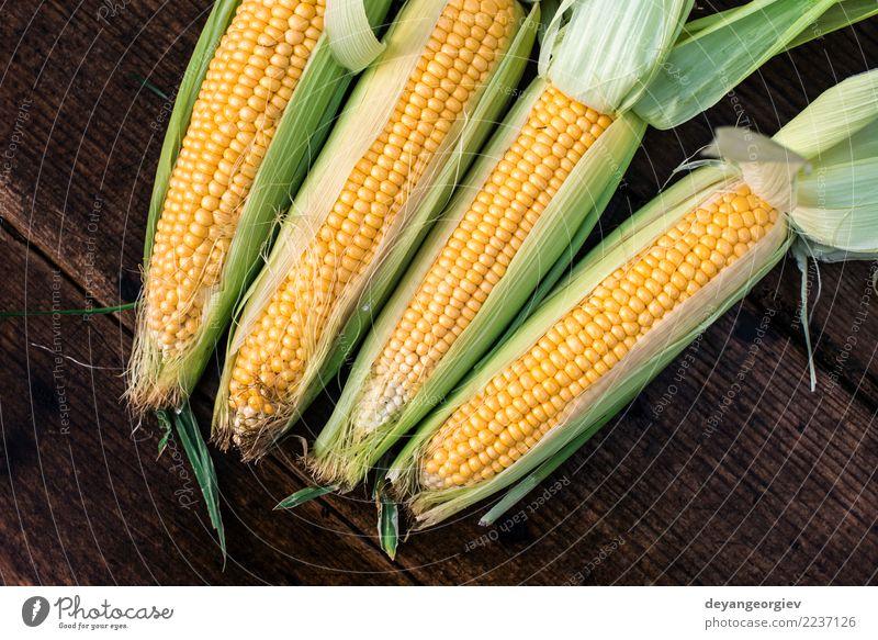 Roher Mais im Garten Gemüse Ernährung Sommer Blatt Holz frisch natürlich gelb gold grün Ernte süß Hintergrund Kolben Lebensmittel Gesundheit Ackerbau Zutaten
