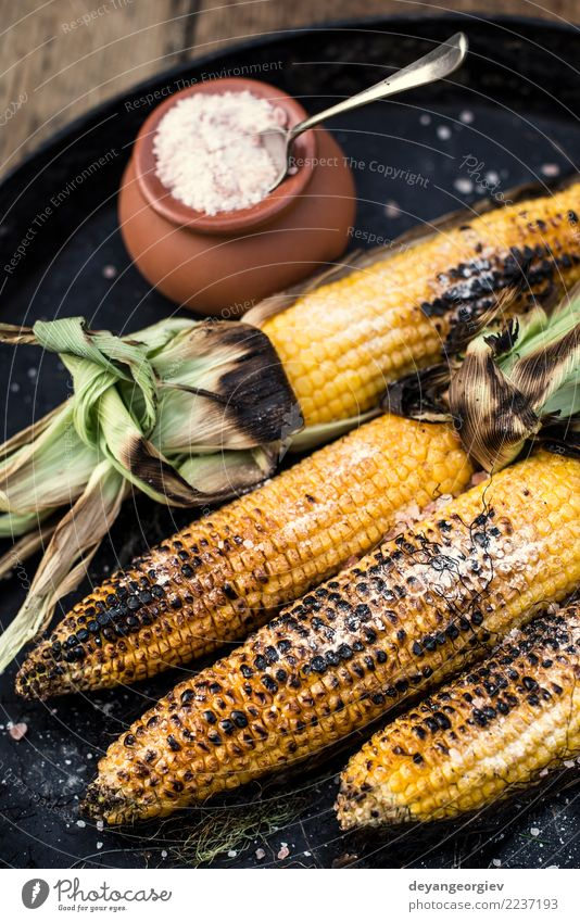 Gerösteter Mais gesalzen. Gemüse Ernährung Vegetarische Ernährung Sommer Holz heiß gelb weiß grillen gebraten Lebensmittel Kolben Salz Hintergrund Snack