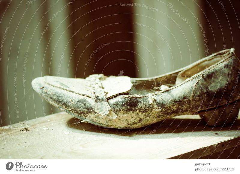 Wo ist Aschenputtel? Schuhe alt kaputt trashig blau braun Verfall Vergangenheit Vergänglichkeit verlieren Wandel & Veränderung Zerstörung staubig verloren