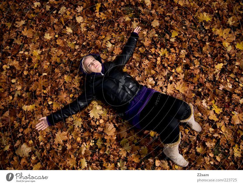 glücklich Lifestyle Stil Mensch Junge Frau Jugendliche 18-30 Jahre Erwachsene Umwelt Natur Herbst Blatt Mode Leder Stiefel blond Erholung liegen träumen Glück