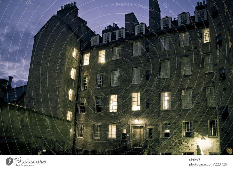 Türchen aufmachen Stadt Haus dunkel Fenster Gebäude Tür Beleuchtung Fassade Häusliches Leben leuchten Hinterhof Nachthimmel Altbau Schottland Lichtschein Wolkenhimmel