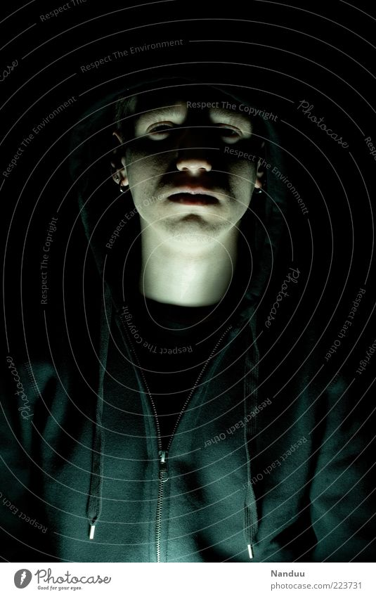 Wehmut Mensch Jugendliche Gesicht dunkel Traurigkeit Erwachsene maskulin Trauer trist bedrohlich gruselig Kapuze Krimineller 18-30 Jahre Hoffnungslosigkeit Reißverschluss