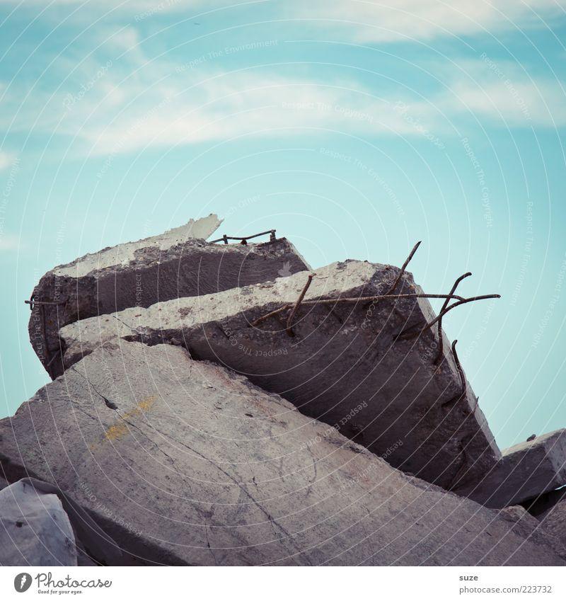 Plattenbau Baustelle Himmel Wolken Beton Metall Stahl Rost alt blau grau Verfall Vergänglichkeit Wandel & Veränderung Zerstörung Stapel Betonplatte Material