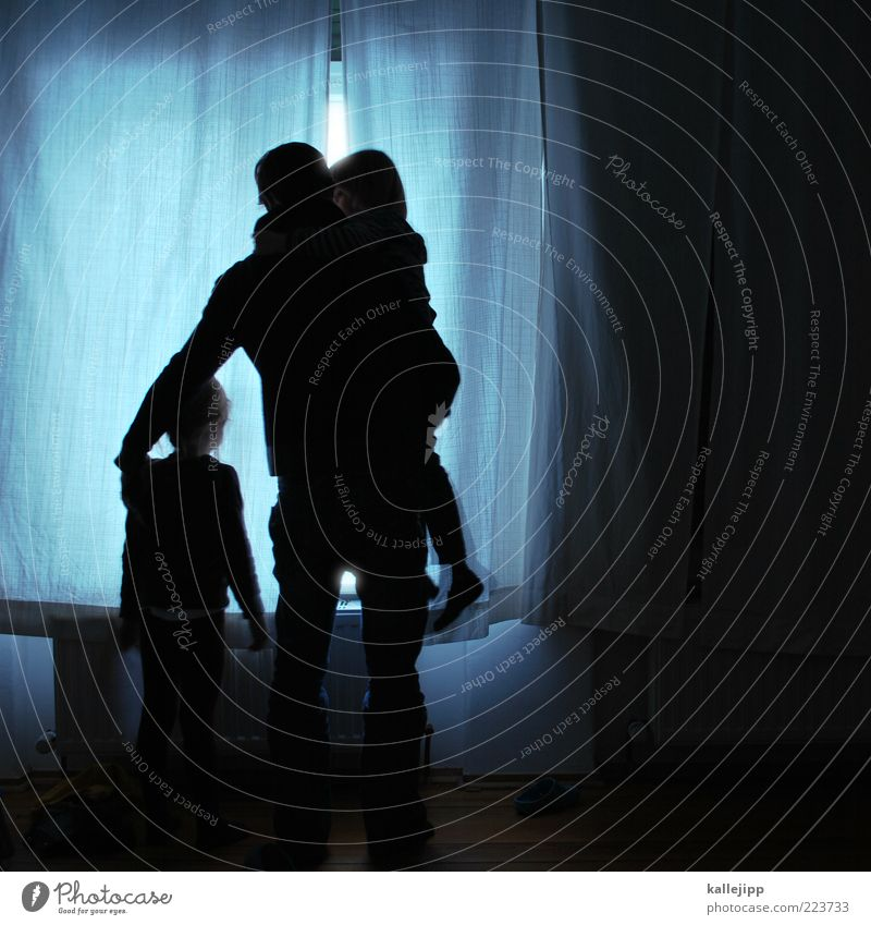 draußen riecht es nach schnee Mensch Kind Mädchen Erwachsene Liebe dunkel Fenster Leben Junge Familie & Verwandtschaft Wohnung Kindheit maskulin stehen