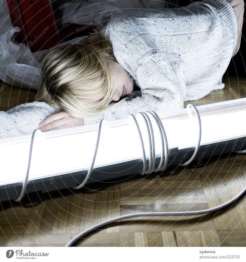 Strahlentherapie Mensch Jugendliche schön ruhig Erwachsene Einsamkeit Erholung Leben Haare & Frisuren Stil Traurigkeit träumen Lampe Zufriedenheit blond liegen