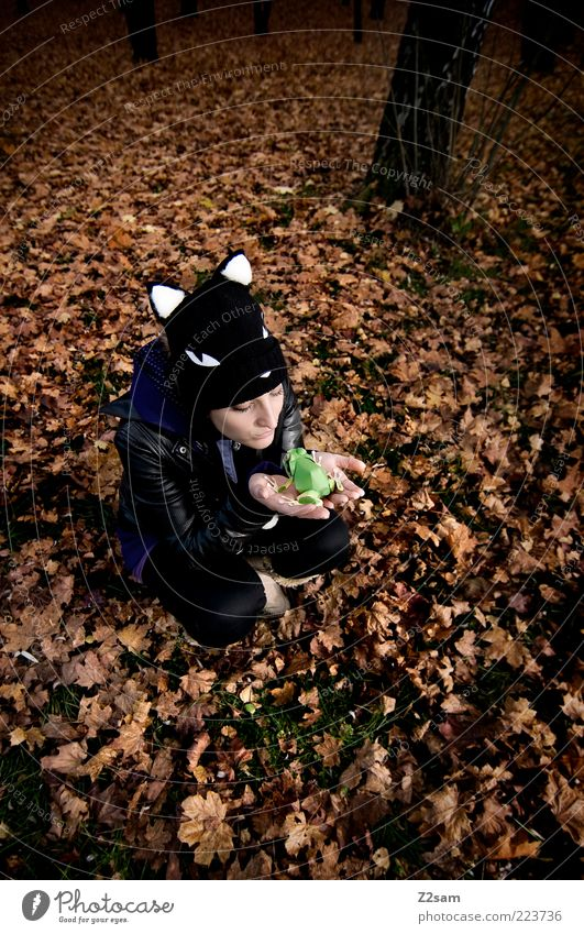 du hast doch deinen Prinzen schon! Lifestyle Stil Mensch Junge Frau Jugendliche 18-30 Jahre Erwachsene Umwelt Natur Landschaft Herbst Blatt Wald Jacke Leder