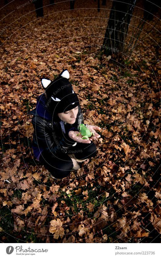 du hast doch deinen Prinzen schon! Mensch Natur Jugendliche schön Blatt Erwachsene Wald Umwelt Herbst Landschaft Stil träumen sitzen Lifestyle 18-30 Jahre