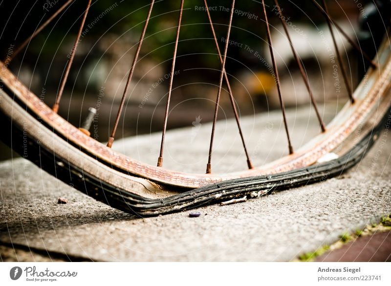 Die Luft ist raus Freizeit & Hobby Verlierer Gummi Rad Fahrradreifen Stein Metall alt kaputt trashig trist Erschöpfung Misserfolg Mobilität Verfall