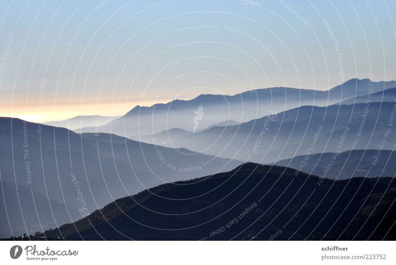 Wenn die Ferne weh macht Himmel Natur ruhig Berge u. Gebirge Gefühle Landschaft glänzend Nebel Klima Hügel Gipfel Aussicht Schönes Wetter Dunst Bergkette