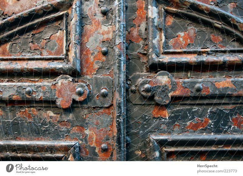 Tor zur Ewigkeit Tür Metall alt kaputt schön braun grau schwarz Rost Beschläge geschlossen Anstrich verfallen Eisentor schwer massiv Sicherheit Farbfoto