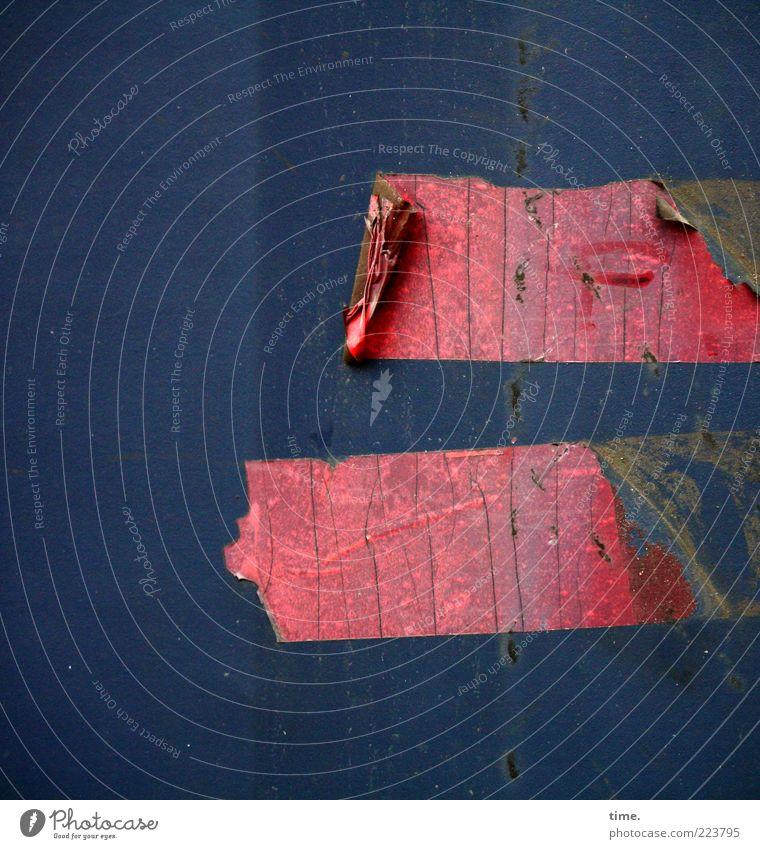 HH10.2 | Double Bind Metall Stahl Rost alt dreckig kaputt blau rot Blech Metallwaren Eisen Blechwand vertikal Fuge Klebeband kleben Blase Riss schmierig