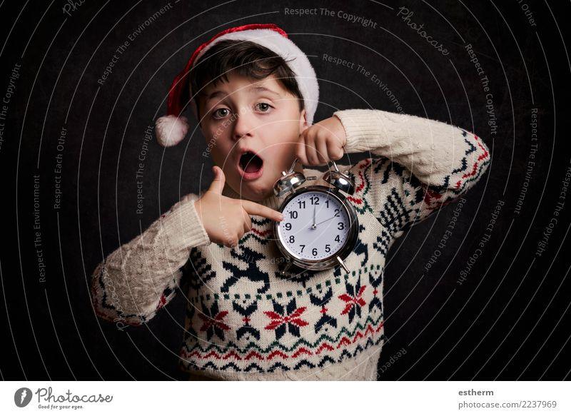 Überraschtes Kind in Silvester Mensch Weihnachten & Advent Freude Lifestyle lustig Gefühle Bewegung Glück Feste & Feiern Party maskulin Kindheit Fröhlichkeit
