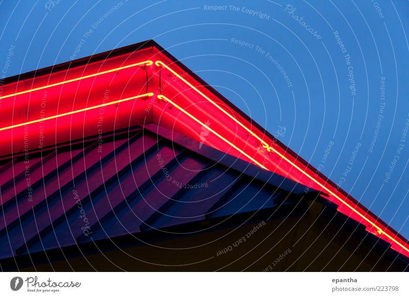 Himmel blau rot Gebäude hell modern Dach Bauwerk violett Werbung Restaurant Schwerpunkt Textfreiraum unten