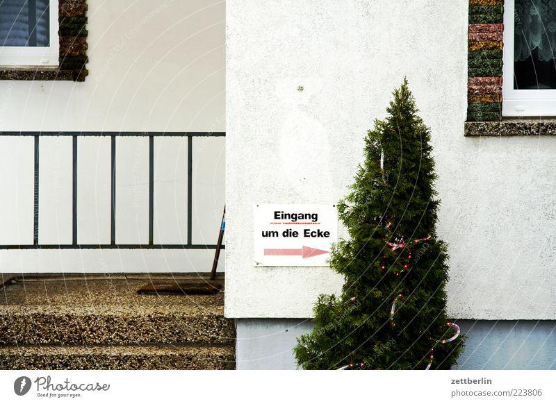 Eingang um die Ecke ---> Haus Einfamilienhaus Mauer Wand Treppe Fassade Tür Ordnungsliebe Langeweile wallroth Dekoration & Verzierung Schilder & Markierungen