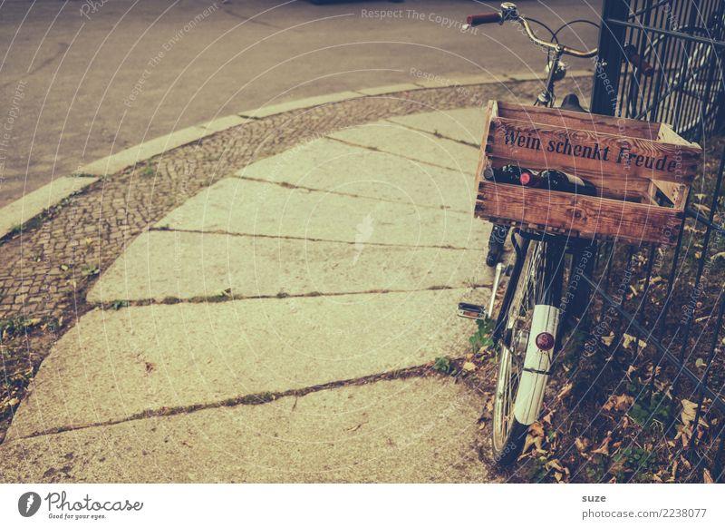 Die Fahrt endet hier alt Fahrrad genießen Fahrradfahren Fußweg Fahrradtour Pause Wein reif Alkohol Alkoholisiert Redewendung Zuprosten Weinflasche Holzkiste