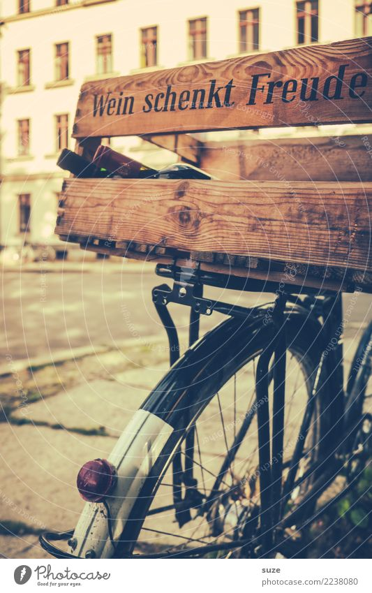 Einmal volltanken! Getränk Alkohol Wein Flasche Lifestyle kaufen Freude Freizeit & Hobby Fahrradtour Fahrradfahren Ruhestand Feierabend Stadtrand Verkehr