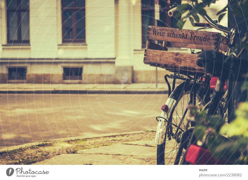 Alte Kiste alt Freude Lifestyle Wege & Pfade Freizeit & Hobby Verkehr Fahrrad genießen Fahrradfahren Geschenk kaufen Fußweg Fahrradtour Pause Getränk Wein