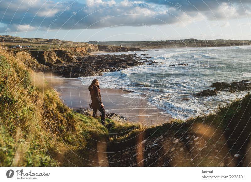 I wanna lose myself in the Cornish breeze Frau Mensch Himmel Ferien & Urlaub & Reisen Meer Erholung ruhig Ferne Strand Erwachsene Leben Lifestyle Küste feminin