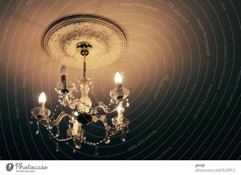 Licht ins Dunkel Deckenbeleuchtung Deckenlampe Leuchter Hängelampe hängen leuchten alt hell kaputt Stuckdecke Glasperle Glühbirne Dekoration & Verzierung