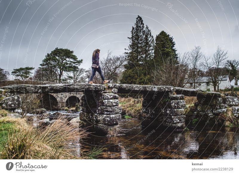 Über die Brücke Mensch Himmel Ferien & Urlaub & Reisen alt Landschaft Baum Wolken dunkel Leben Lifestyle Umwelt feminin Freiheit Ausflug gehen Freizeit & Hobby