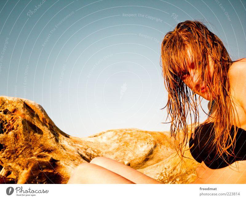 golden girl Frau Mensch Jugendliche schön Sommer Strand Ferien & Urlaub & Reisen ruhig Erholung feminin Wärme Erwachsene blond Zufriedenheit nass sitzen